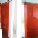 Porta com roldanas aparentes e vidro colorido